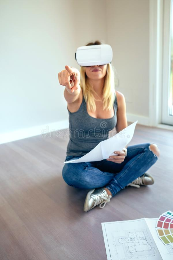 Vrouw het letten op met virtuele werkelijkheidsglazen royalty-vrije stock afbeeldingen