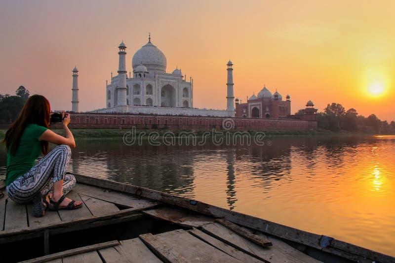 Vrouw het letten op zonsondergang over Taj Mahal van een boot, Agra, India stock foto's