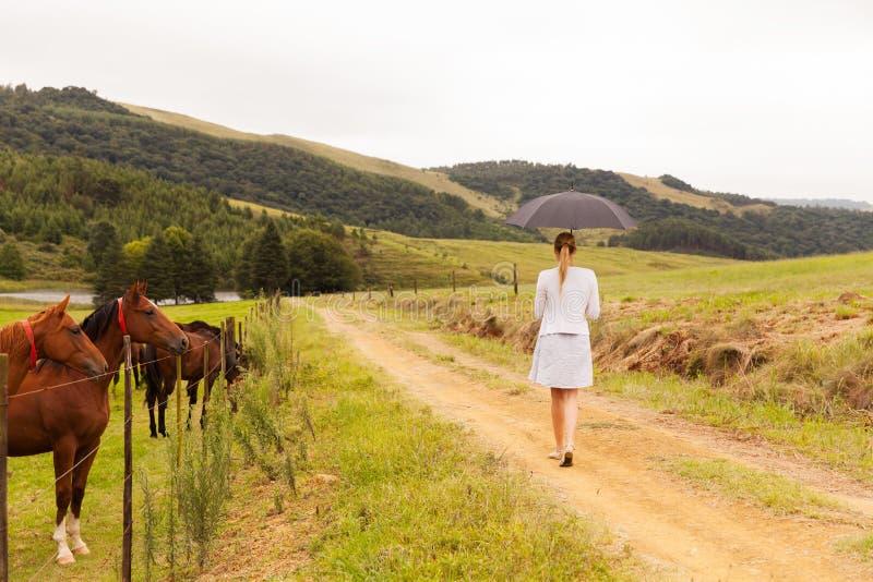 Vrouw het lopen landbouwbedrijf royalty-vrije stock foto