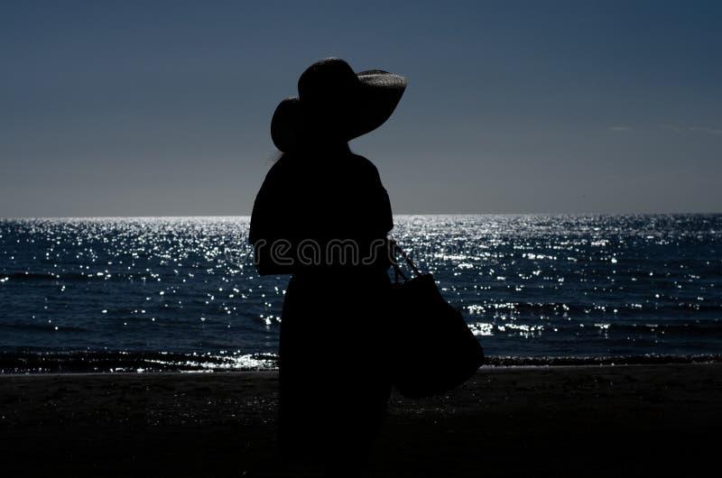 Vrouw het Lopen het Ontspannen op Strandzonsopgang stock foto's