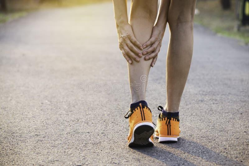 Vrouw het lopen op de weg krijgt ongeval op haar benen het beeld voor gezondheidsconcept is royalty-vrije stock afbeelding