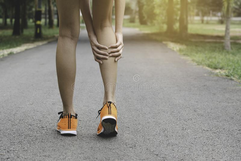 Vrouw het lopen op de weg krijgt ongeval voor haar benen het beeld voor gezondheidsconcept is royalty-vrije stock fotografie