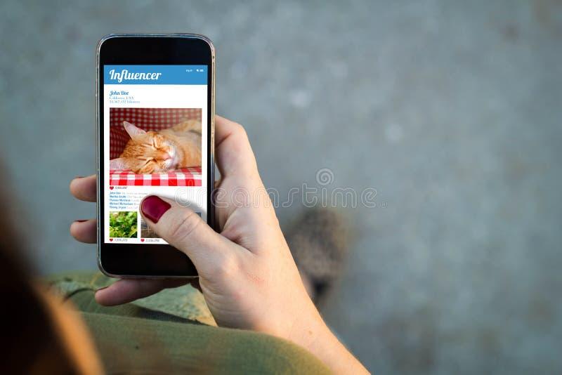 Vrouw het lopen smartphone influencer royalty-vrije stock afbeeldingen