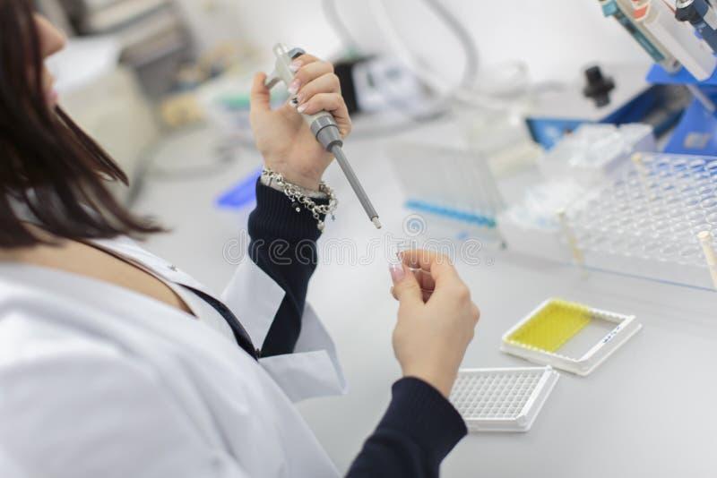Vrouw in het medische laboratorium royalty-vrije stock foto