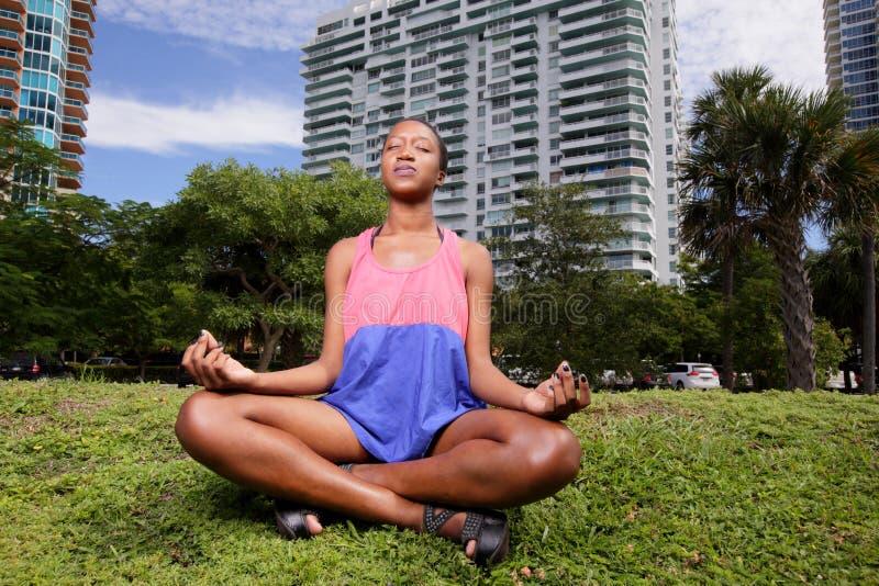 Vrouw het mediteren stock foto's