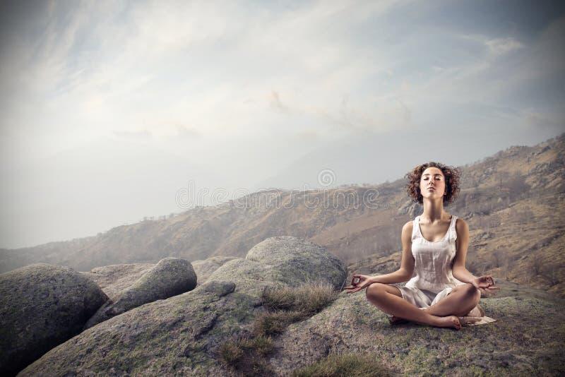 Vrouw het mediteren stock afbeelding