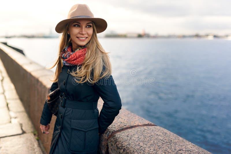 Vrouw het model stellen in de straat royalty-vrije stock foto's