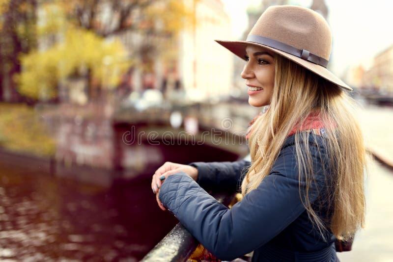 Vrouw het model stellen in de straat royalty-vrije stock afbeelding