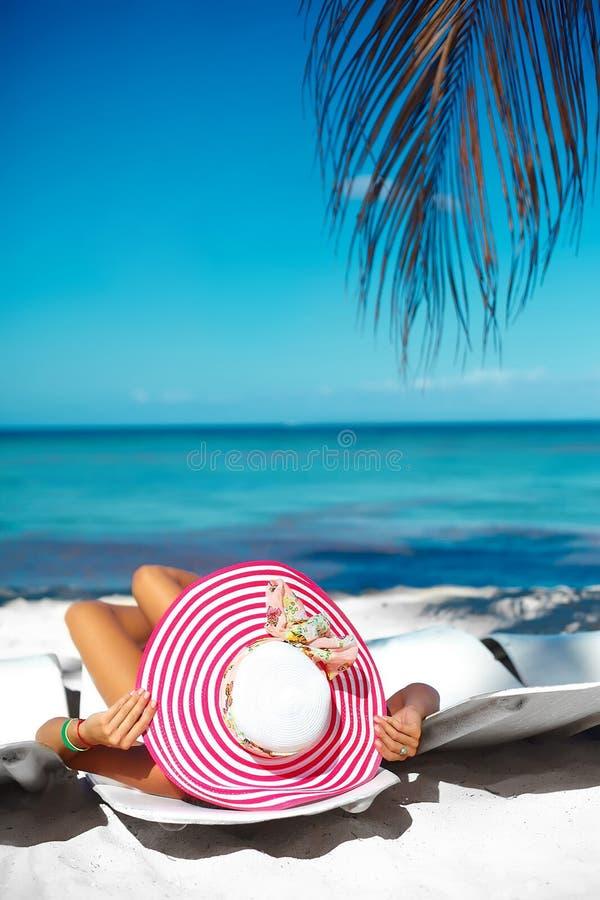 Vrouw het model zonnebaden op de ligstoel stock fotografie