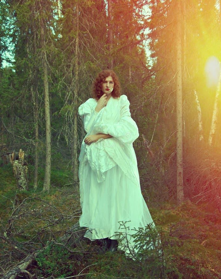 Vrouw het mystieke bos stock afbeeldingen