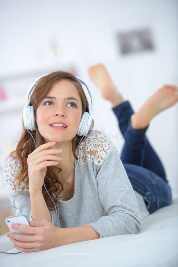 Vrouw het ontspannen aan muziek stock foto