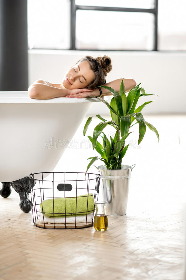 Vrouw het ontspannen in bathtube stock foto's