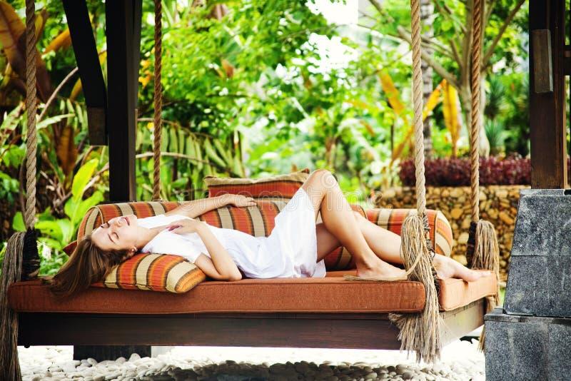Vrouw het ontspannen bij toevlucht royalty-vrije stock afbeelding