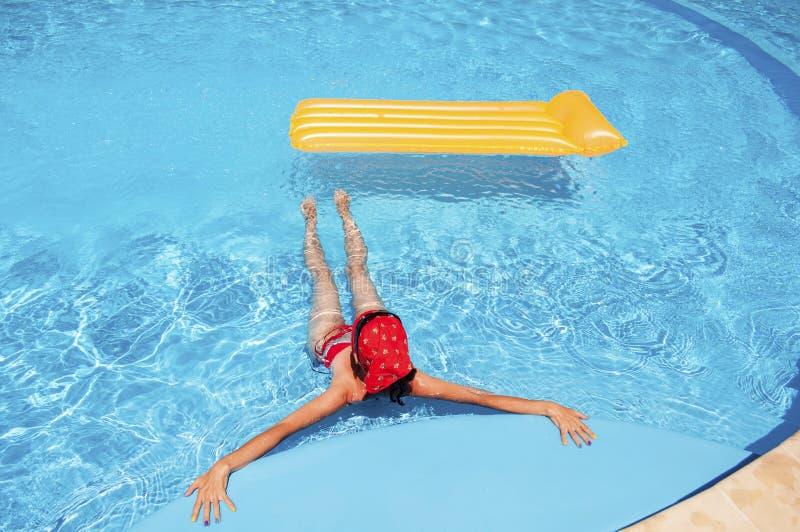 Vrouw het ontspannen in de pool royalty-vrije stock afbeeldingen