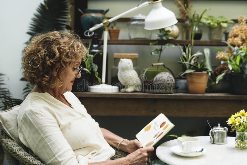 Vrouw het ontspannen in een koffie stock foto