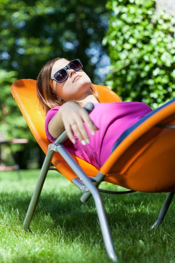 Vrouw het ontspannen in een tuin royalty-vrije stock foto's