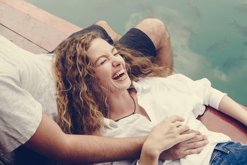 Vrouw het ontspannen in haar vriendenoverlapping stock afbeelding