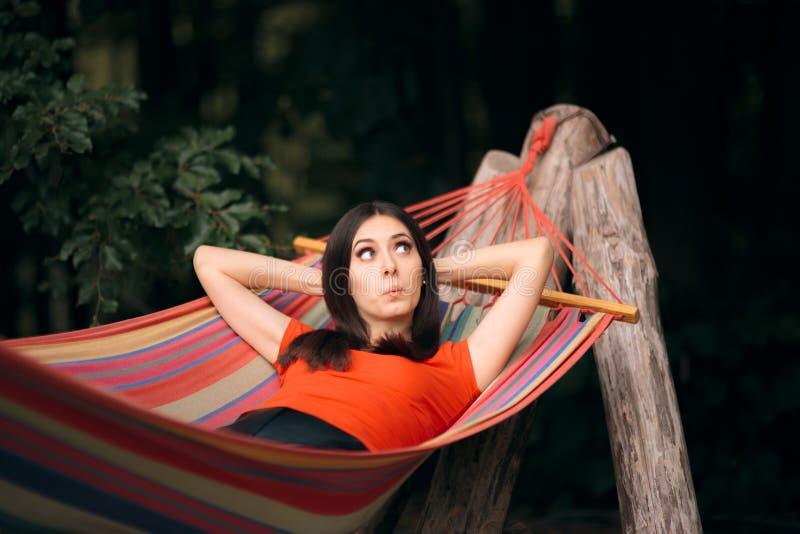Vrouw het Ontspannen in Hangmat op de Zomervakantie royalty-vrije stock afbeelding
