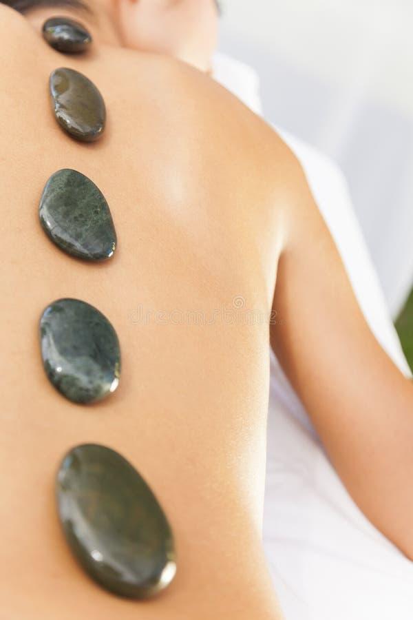Vrouw het Ontspannen in Health Spa die de Hete Massage van de Steenbehandeling hebben royalty-vrije stock foto's