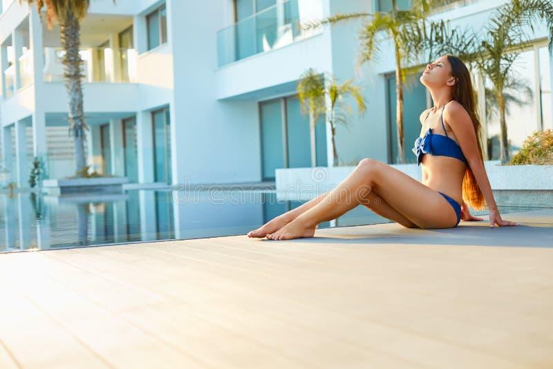 Vrouw het ontspannen in kuuroord en toevluchthotel stock afbeelding