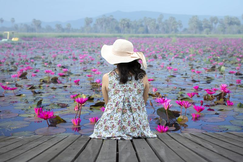 Vrouw het ontspannen op houten terras royalty-vrije stock fotografie