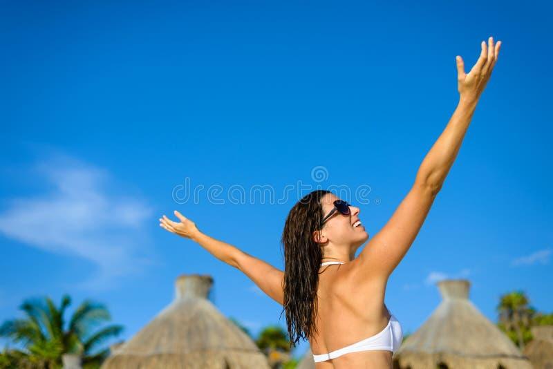 Vrouw het ontspannen op tropische strandvakantie bij Caraïbische toevlucht royalty-vrije stock afbeelding