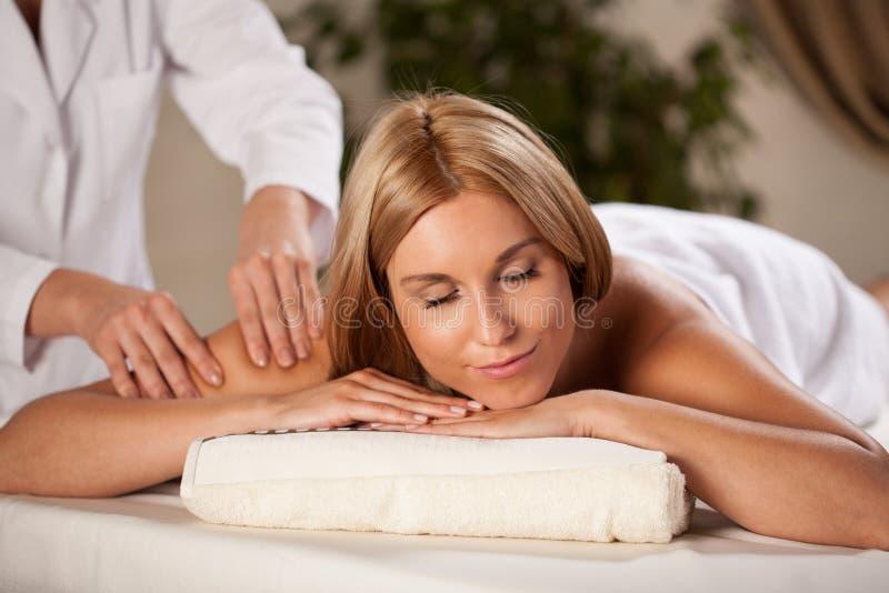 Vrouw het ontspannen tijdens prettige massage royalty-vrije stock foto's