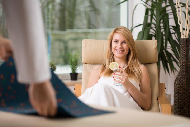 Vrouw het ontspannen in wellnesscentrum stock foto