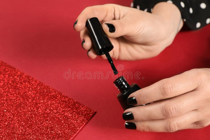 Vrouw het openen nagellakfles, close-up Ruimte voor tekst stock foto