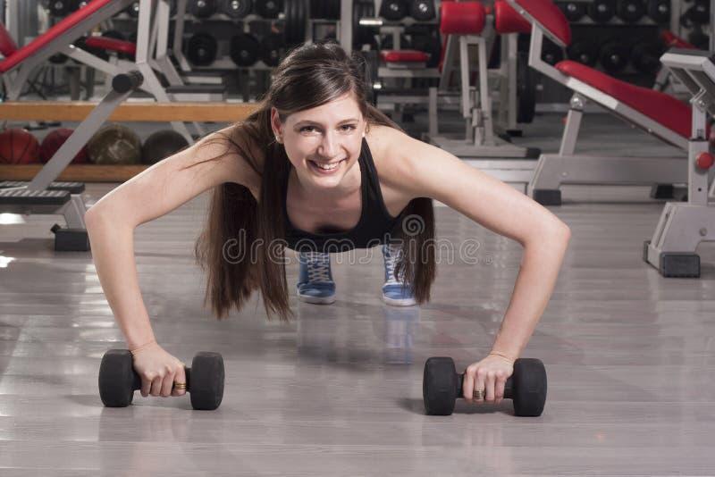 Vrouw het opheffen gewichten stock afbeelding