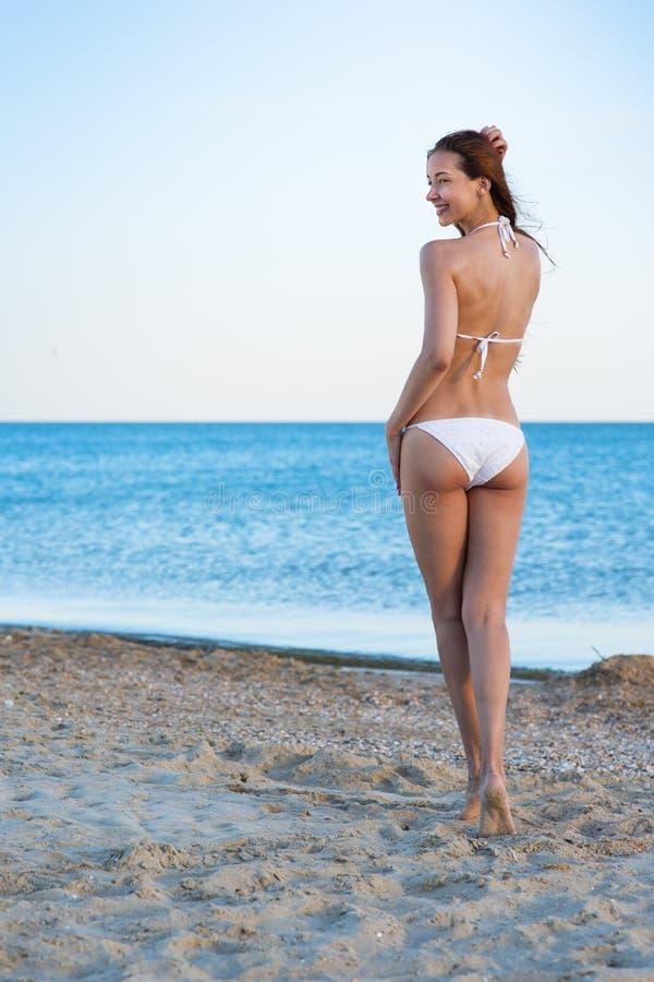 Vrouw in het overzeese strand royalty-vrije stock foto's