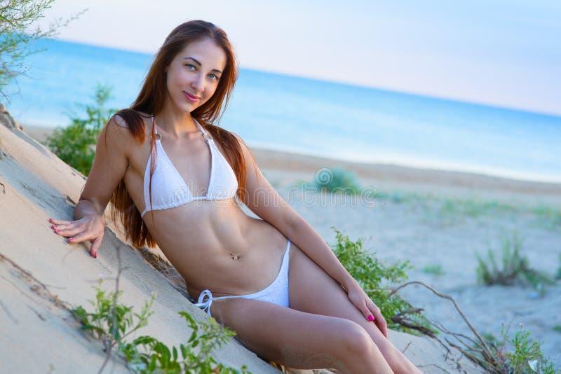 Vrouw in het overzeese strand stock foto's