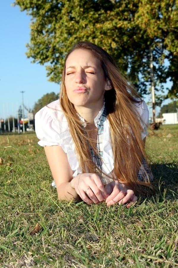 Vrouw in het park die kussen geven royalty-vrije stock afbeelding