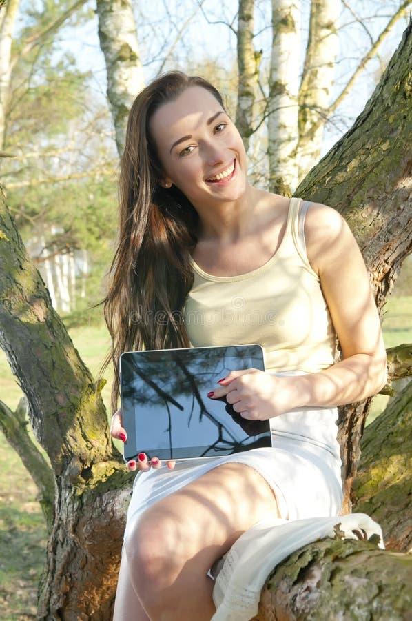 Vrouw het poiting bij tabletpc stock afbeelding