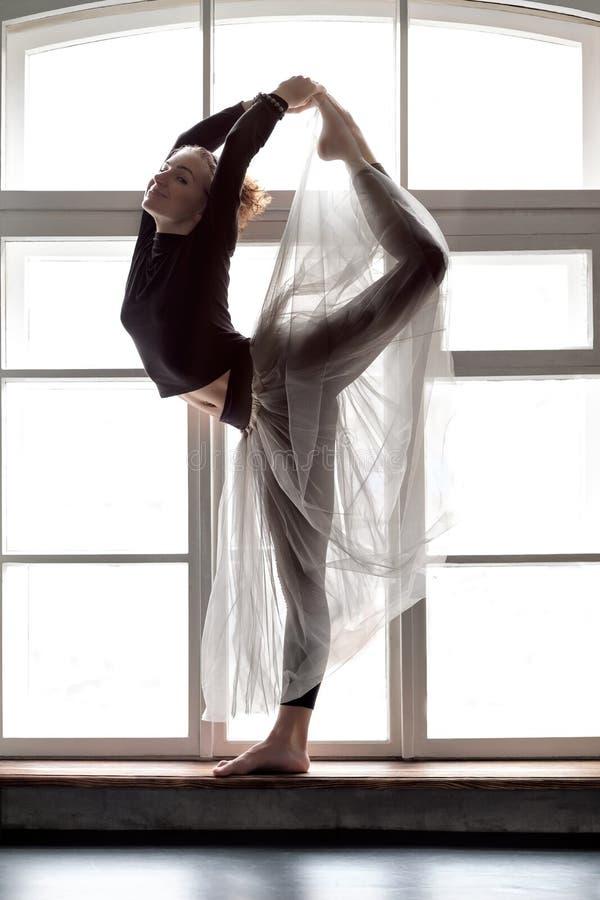 Vrouw het praktizeren de yoga, die Natarajasana-oefening, Lord doen van de Dans stelt royalty-vrije stock fotografie
