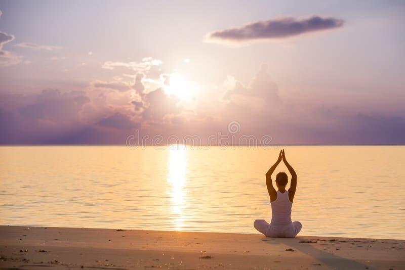 Vrouw het praktizeren yoga royalty-vrije stock foto