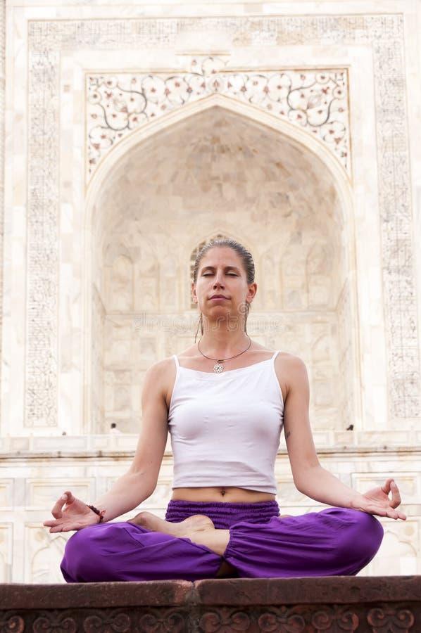 Vrouw het praktizeren yogameditatie in Taj Mahal royalty-vrije stock foto