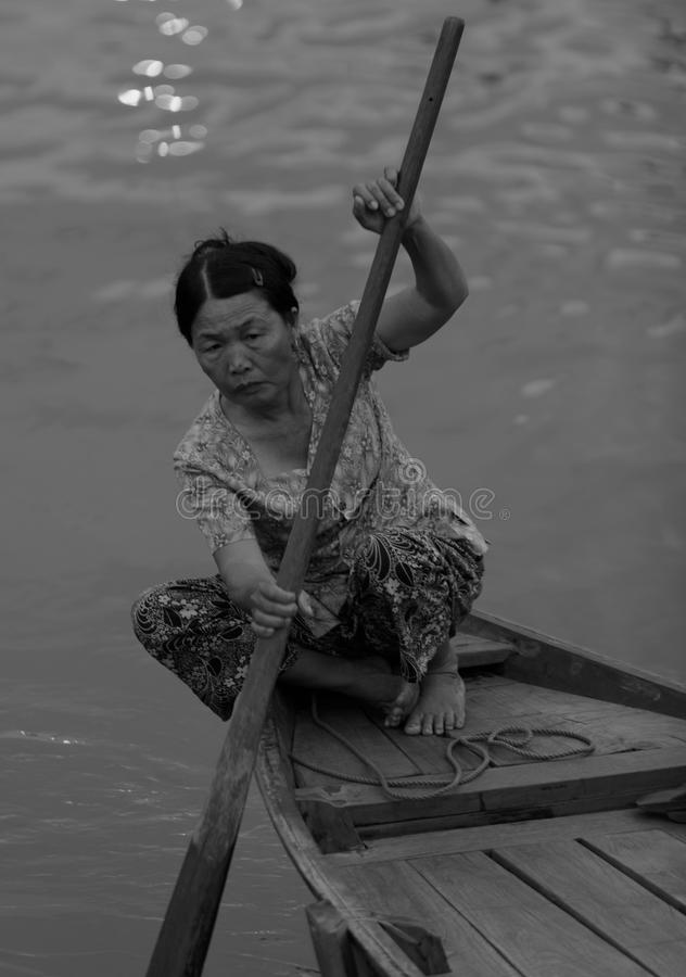 Vrouw het roeien boot in Hoi An royalty-vrije stock afbeelding