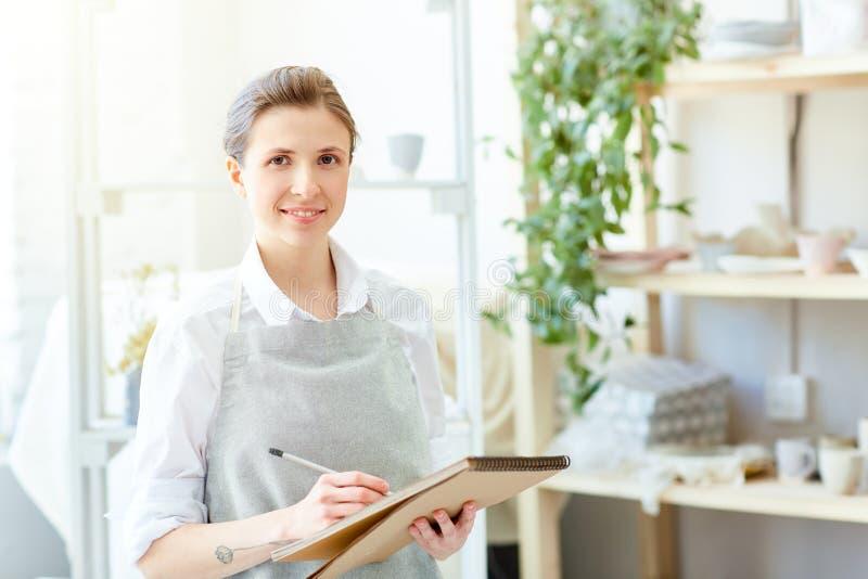Vrouw het schetsen stock foto