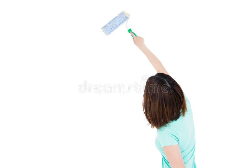 Vrouw het schilderen met een sponsrol royalty-vrije stock foto