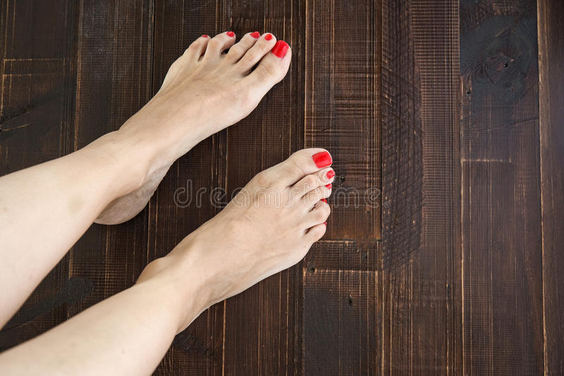 Vrouw het schilderen teenspijkers stock afbeelding