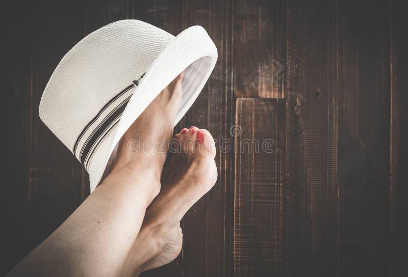 Vrouw het schilderen teenspijkers stock foto's