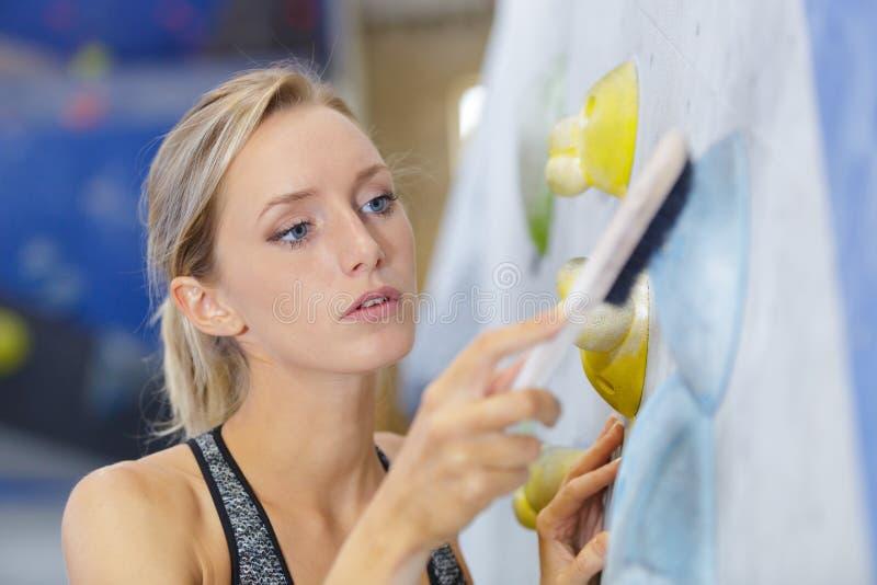 Vrouw het schoonmaken in geschiktheidscentrum royalty-vrije stock afbeeldingen