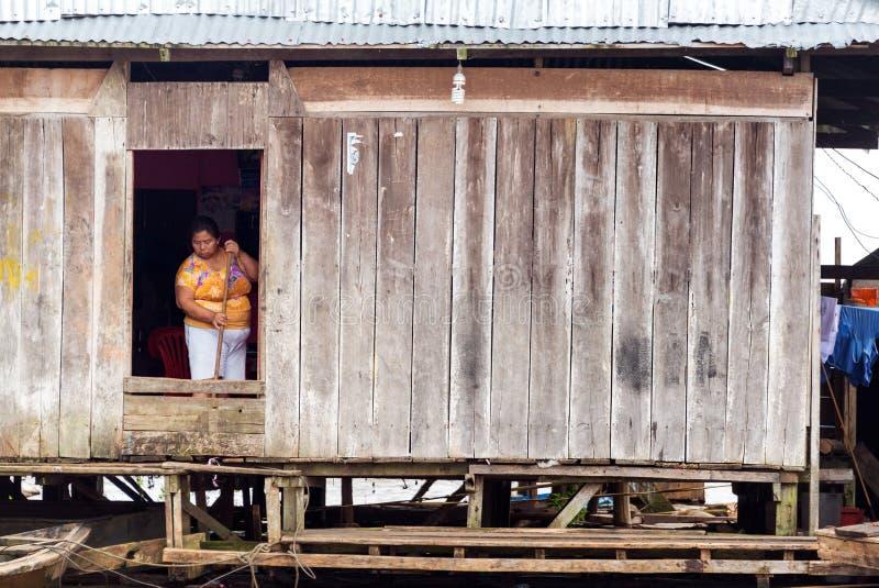 Vrouw het Schoonmaken in Iquitos, Peru stock fotografie