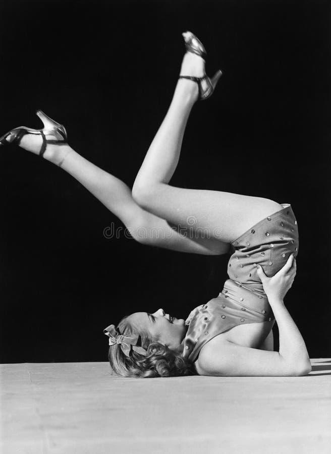 Vrouw het schoppen benen in de lucht stock foto's