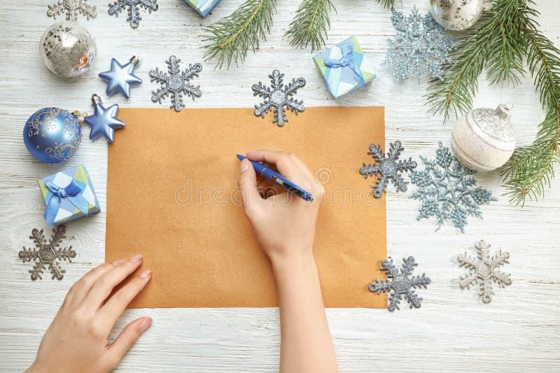 Download Vrouw Het Schrijven Brief Aan Santa Claus Stock Afbeelding - Afbeelding bestaande uit claus, kerstmis: 107702809