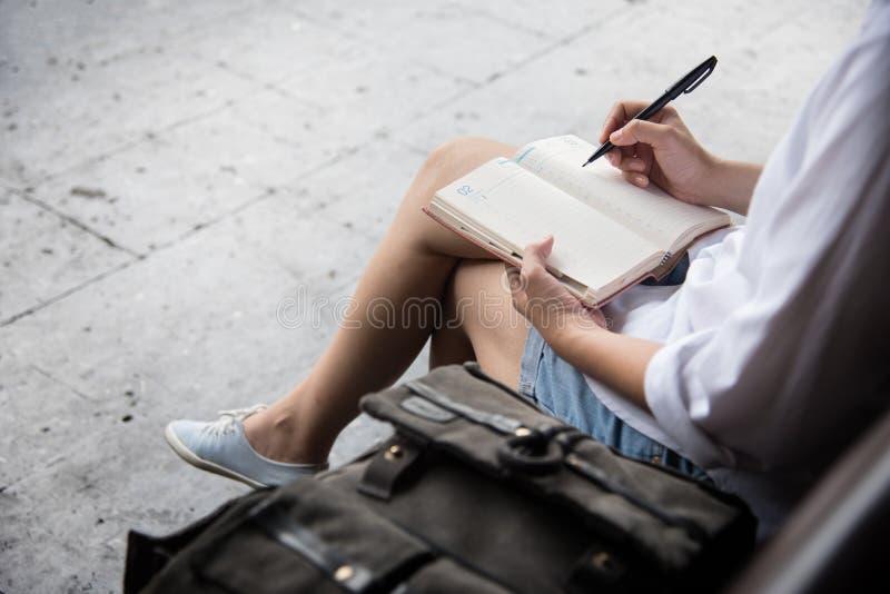 Vrouw het schrijven nota's in agenda stock foto's