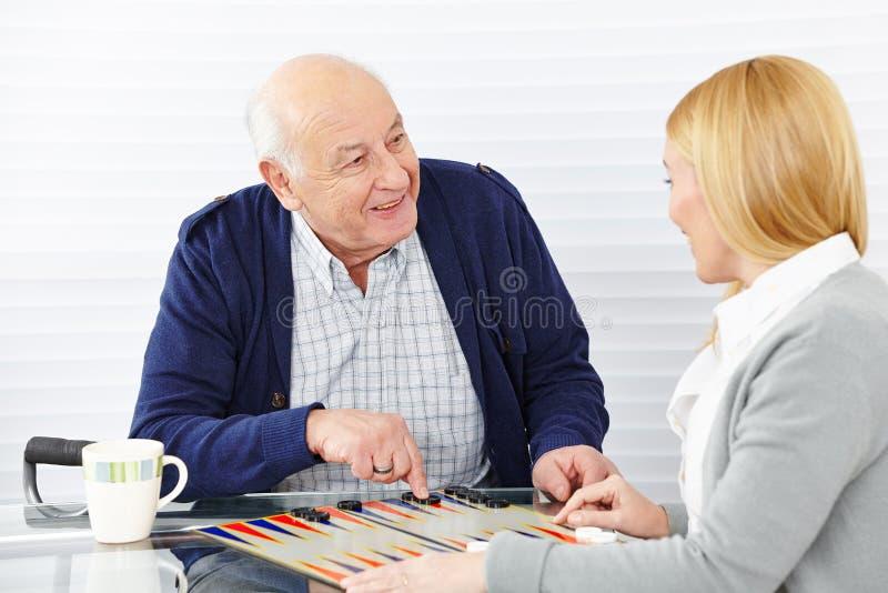 Vrouw het spelen backgammon stock afbeeldingen