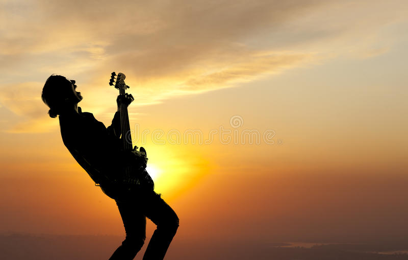 Vrouw het spelen gitaar royalty-vrije stock afbeeldingen