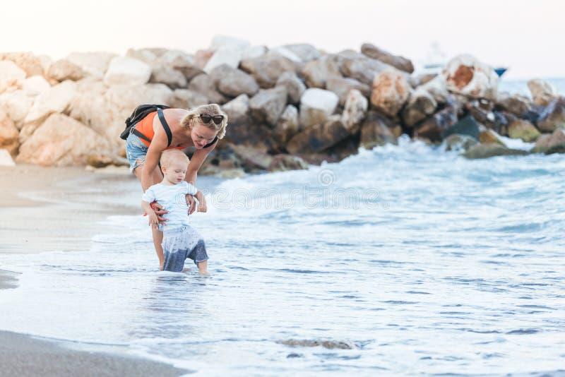 Vrouw het spelen met haar buiten baby Het concept een gelukkig volwaardig gezinsleven royalty-vrije stock foto